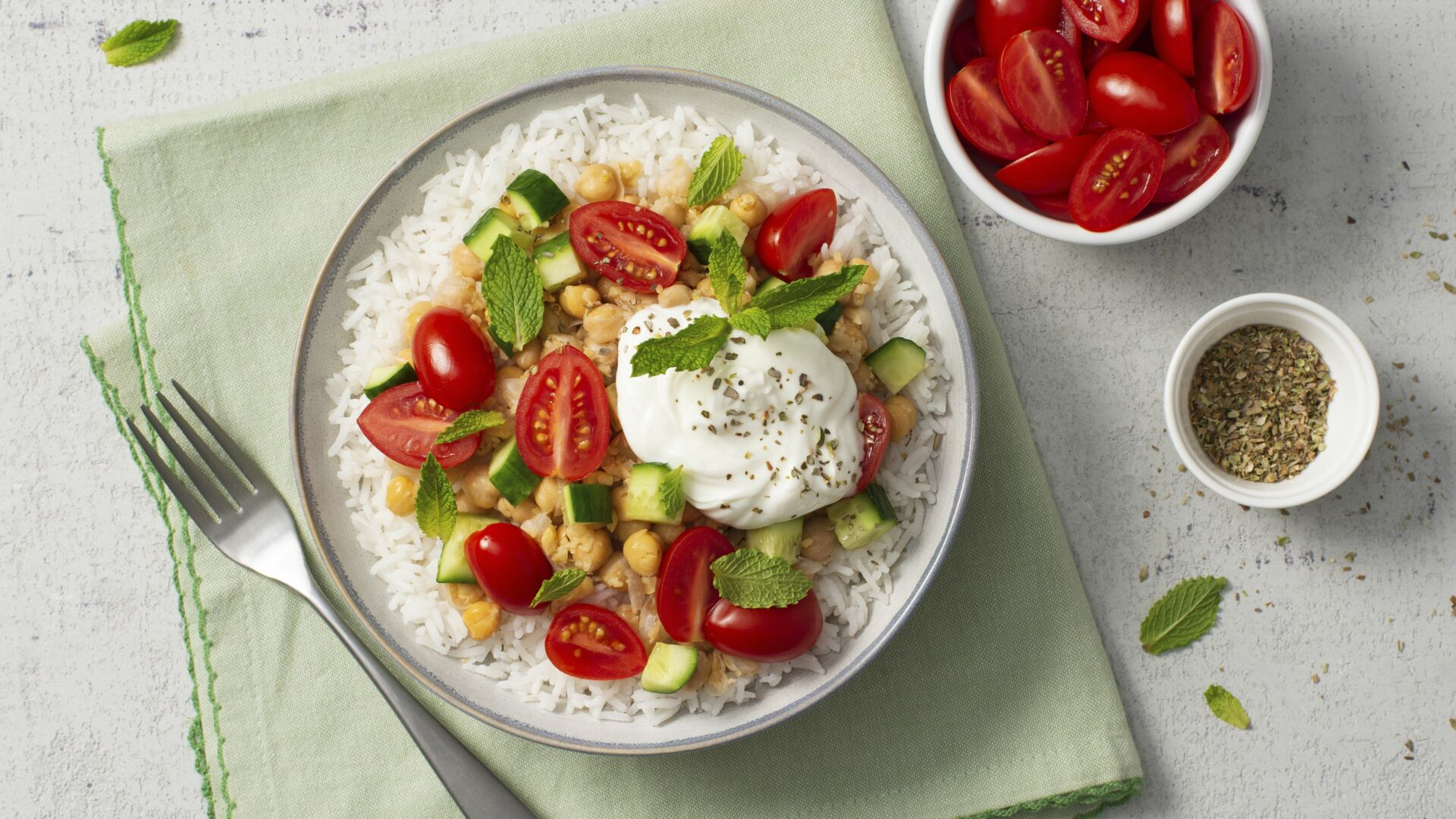 Middle-Eastern-Rice-Bowl-with-tomatoes-greek-yogurt-and-chickpeas