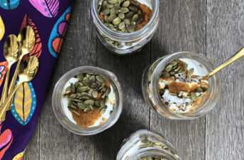 overnight-oats-with-quinoa-pumpkin-puree-and-pumpkin-seeds